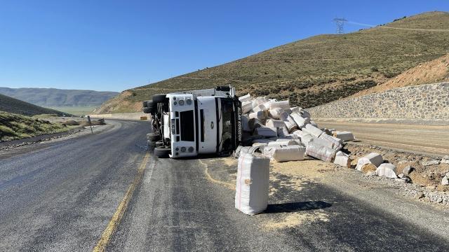 Bingölde saman yüklü kamyonun devrilmesi sonucu sürücü yaralandı