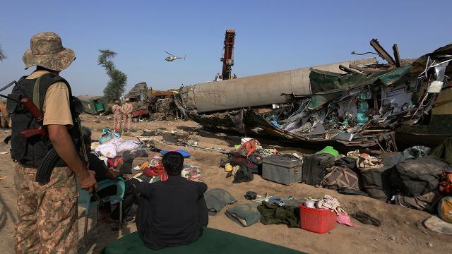 Pakistandaki tren kazasında hayatını kaybedenlerin sayısı 62 oldu