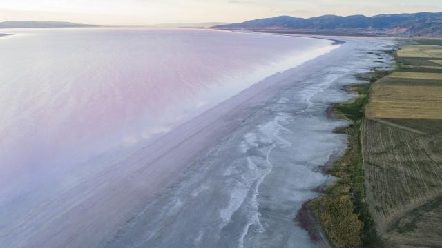 Kuraklık tehlikesi altındaki Tuz Gölü küçülüyor