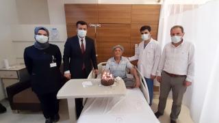 İlk doğum günü pastasını 81 yaşında hastanede kesti