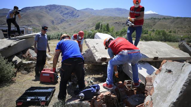 Elazığda öğretmenlerden oluşan AKUB ekibinden gerçeği aratmayan deprem tatbikatı