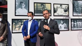 Bakan Kasapoğlu, Garbis Zakaryan'ın anısına açılan sergiyi gezdi