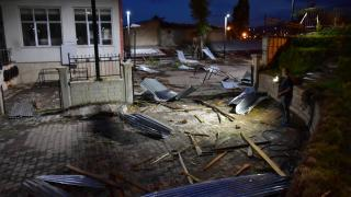 Bingöl'de şiddetli fırtına çatıları uçurdu