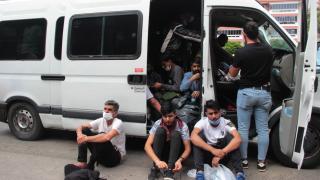 """Muğla'da sürücüsü """"dur"""" ihtarına uymayan minibüsten 34 düzensiz göçmen çıktı"""