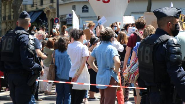 Fransada psikologlar gösteri düzenledi