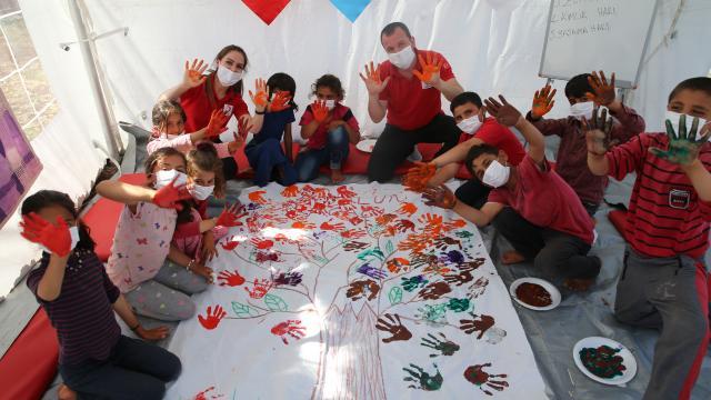 Mobil psikososyal destek ekibi dezavantajlı mahallelerde çocukların yüzünü güldürüyor