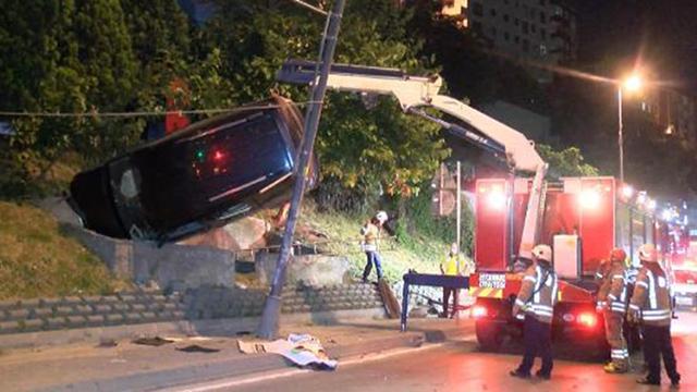 Kaza yapan araç direk ile beton bariyer arasında asılı kaldı: 2 yaralı
