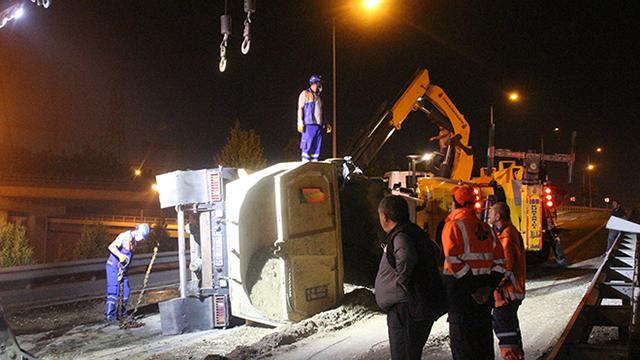 Kağıthanede çakıl yüklü kamyon devrildi: 1 yaralı