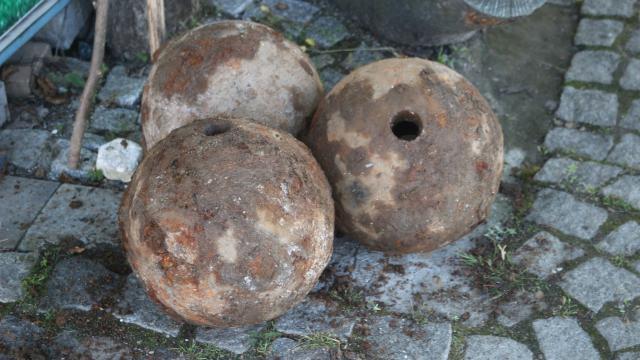 Kırklarelinde bir evin bahçesinde 3 gülle bulundu