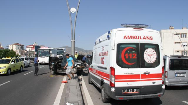 Kayseride iki otomobil çarpıştı: 3 yaralı