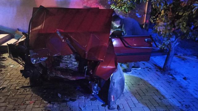 Manisada duvara çarpan otomobilin sürücüsü hayatını kaybetti