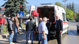Bolu'da kırmızı ışıkta bekleyen araca çarpan motosiklet sürücüsü yaralandı