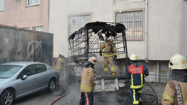 Kağıthanede park halinde yanan kamyonet kullanılamaz hale geldi