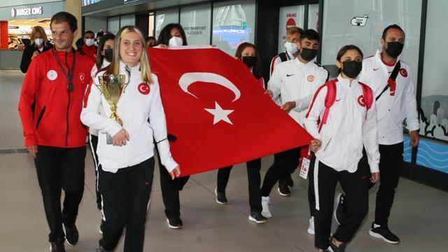 Dünya şampiyonu Kadın Para Atletizm Milli Takımı yurda döndü