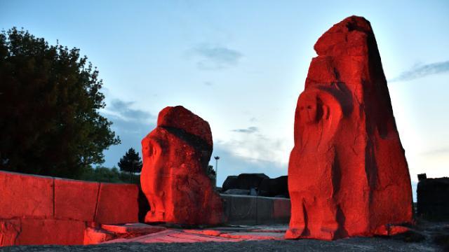 Alacahöyük Antik Kenti Türk Kızılayın kuruluşu sebebiyle ışıklandırıldı