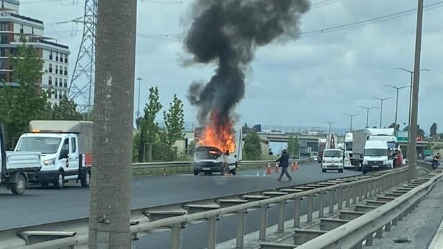 İstanbul TEM Otoyolunda araç yangını