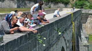 Bosna Savaşı'nda diri diri yakılan 3 bin Boşnak güllerle anıldı