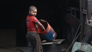 Milyonlarca çocuk tehlikeli işlerde çalışıyor