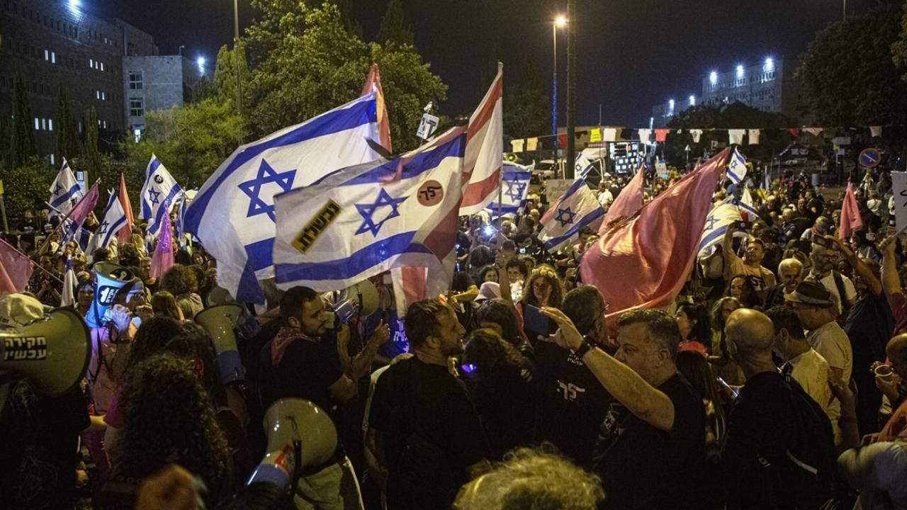 Netanyahu karşıtlarından meclis önünde kutlama