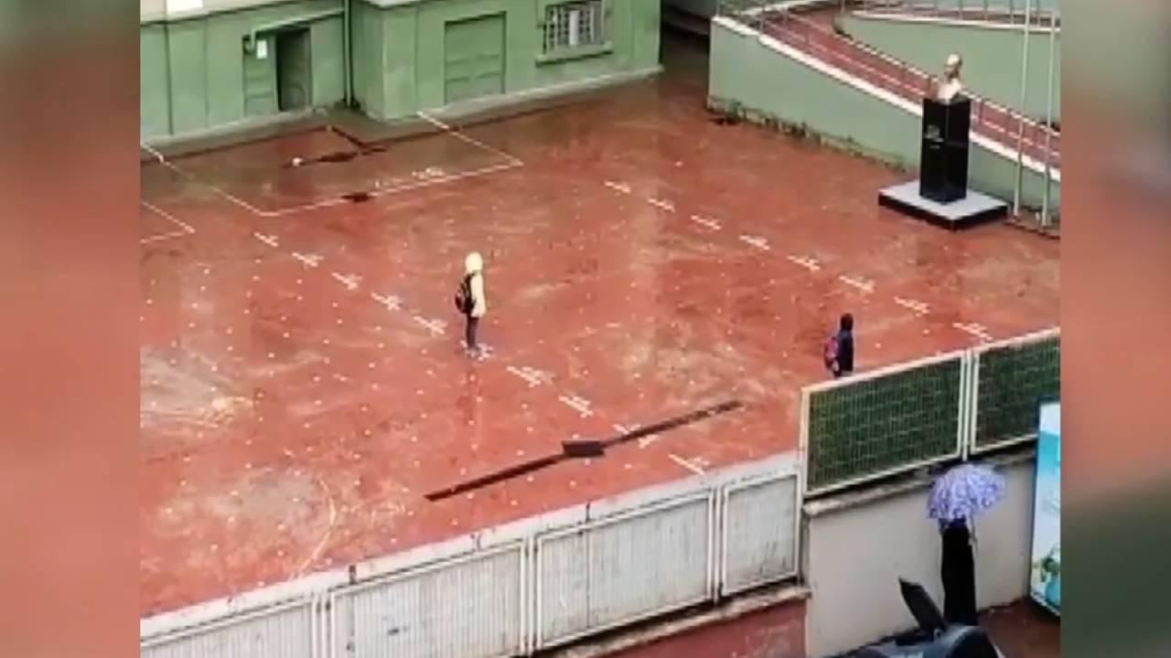 Yağmura rağmen saygı duruşuna geçtiler