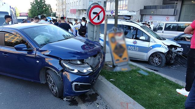 İstanbulda polis aracı ile otomobil çarpıştı: 2si polis 3 yaralı