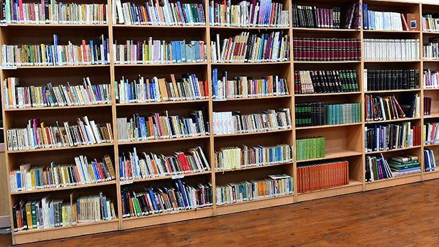 Kitaplıkların çoğu yarım bırakılan kitaplarla dolu