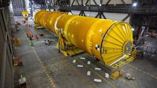 NASA, ilk kez bir kadını Ay'a götürecek dev roketleri birleştirdi