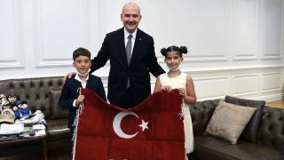 Bakan Soylu, Türk bayrağını öpen çocukları makamında ağırladı