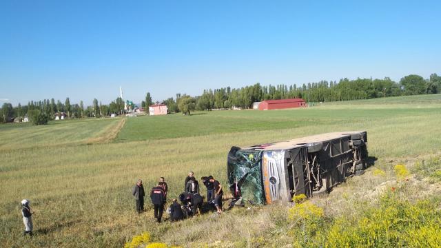 Bayburtta yolcu otobüsü devrildi: 4 yaralı