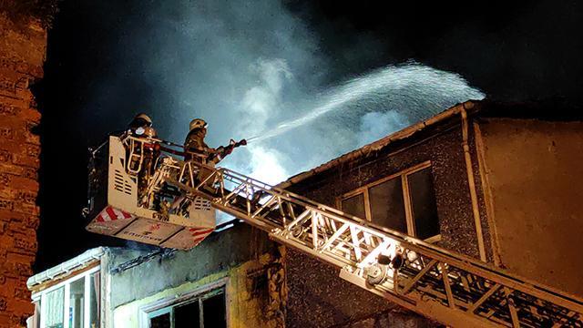 İstanbulda bir apartmanda çıkan yangın 4 binaya daha sıçradı