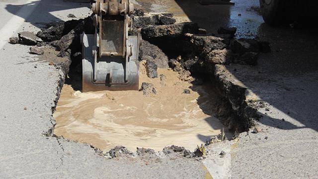 Sivasta su borusu patladı, yol çöktü