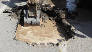 Sivas'ta su borusu patladı, yol çöktü
