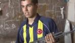 Muhaliflerin Arasında Fenerbahçe Formalı Savaşçı