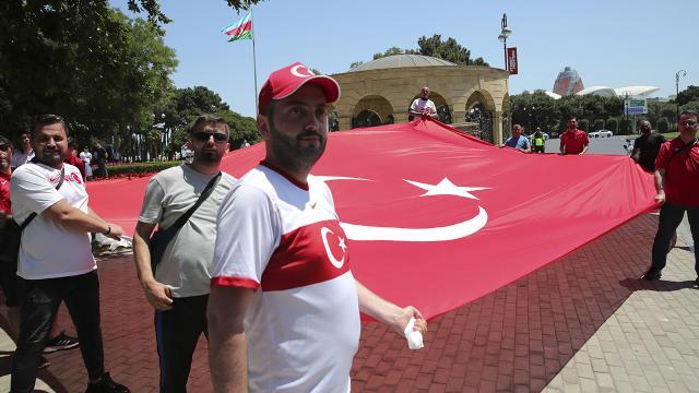 Cumhurbaşkanı Erdoğana Baküde sevgi gösterisi