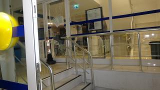 Bankanın camını kıran hırsızlar vezneden 200 lira çaldı