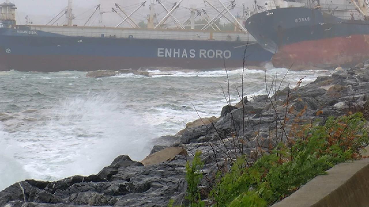 Halatı kopan gemi kıyıdaki gemiye çarparak durabildi