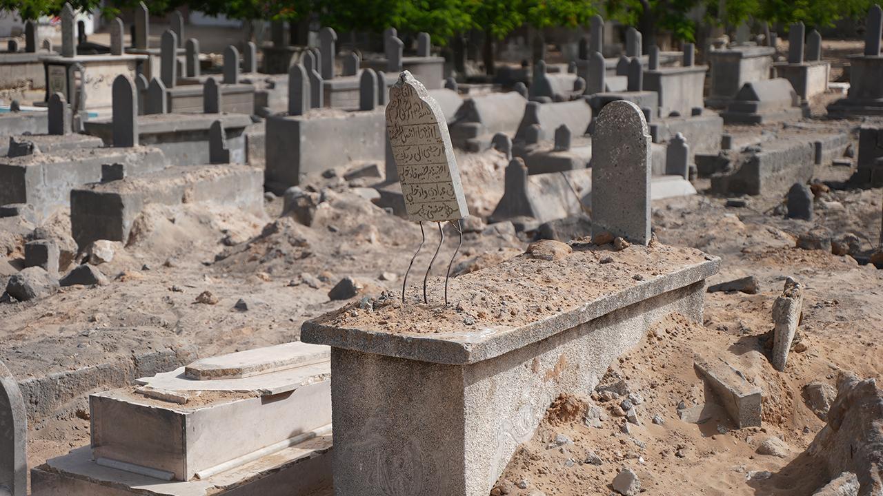 İsrail, Gazze'de mezarlıkları bile bombaladı