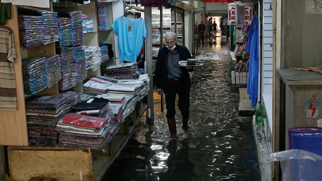 İzmirde etkili olan sağanak su baskınlarına neden oldu