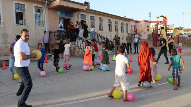 Batmanda gönüllü öğretmenler köylerde düzenledikleri etkinliklerle çocukların yüzünü güldürüyor