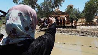 Filistinli kadın, 24 yıldır göremediği ailesine nehrin karşı kıyısından el salladı
