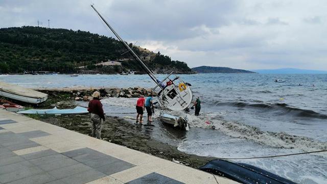 Erdekte etkili olan lodos teknelere zarar verdi