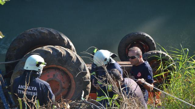 Antalyada dereye devrilen traktörün sürücüsü öldü