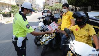 Adana'da trafik polisleri, motosikletli kuryelere bilgilendirme yaptı