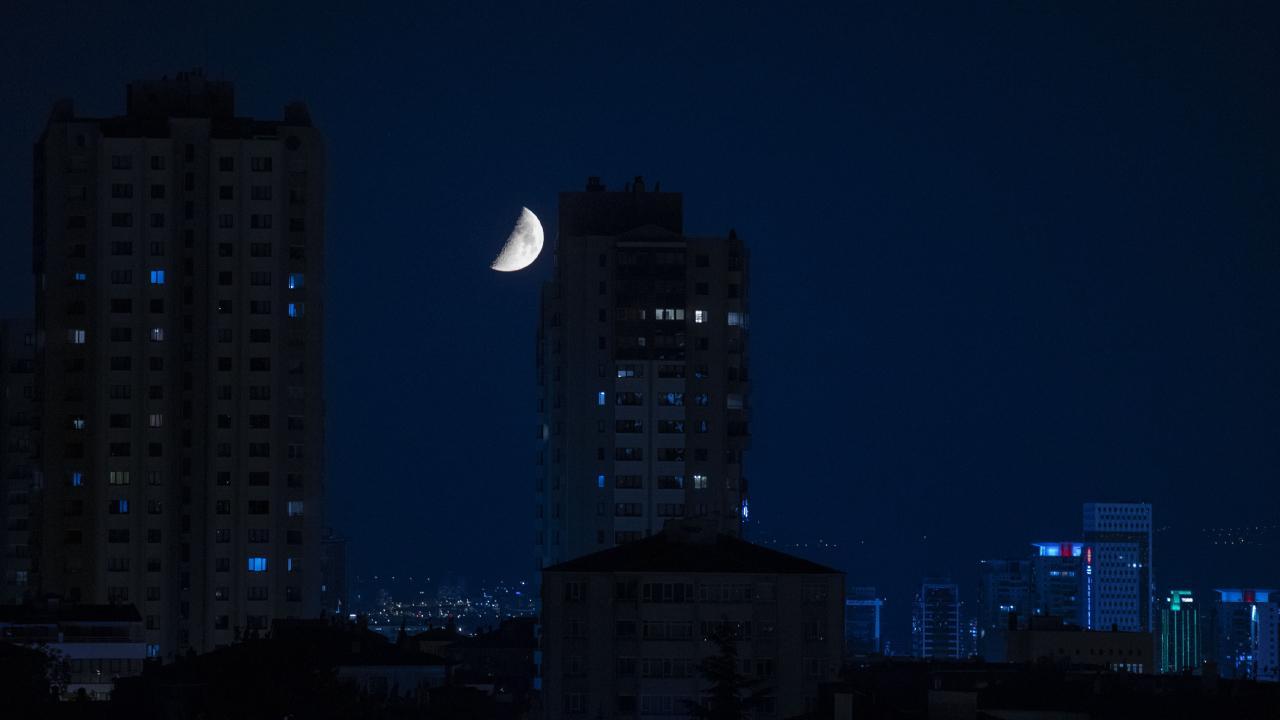 Ankara'da yarım ay geceyi aydınlattı