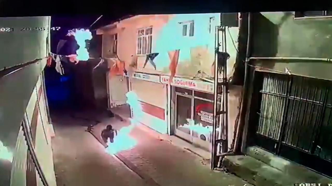 AK Parti İlçe Başkanlığı'na molotoflu saldırı