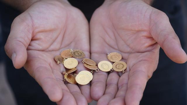 Çorumda yıkamacının halı arasında bulduğu 13 çeyrek altın sahibine teslim edildi