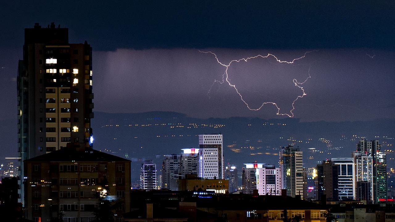 Ankara'da şimşekler geceyi aydınlattı