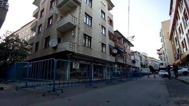 İstanbulda depremin ardından hasar oluşan bir bina boşaltıldı