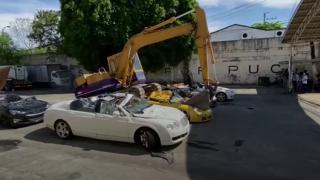 Filipinler'de ülkeye kaçak sokulan araçlar hurdaya çevrildi