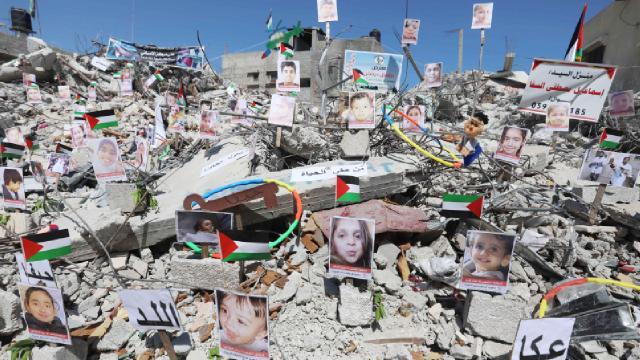 İsrail saldırılarında ölen çocukların fotoğrafları bir enkazda sergilendi
